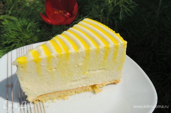 А вот и разрез крупным планом. Видно, что жидкая помадка немного испачкала срез торта. Но вкус от этого ничуть не пострадал. Приятного аппетита! Наслаждайтесь замечательным вкусом удивительного торта-десерта!!!