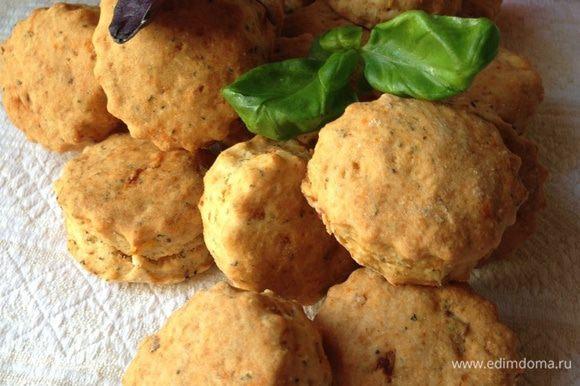 Печенья румяные, вкусные, мягкие, ароматные и универсальные!!! Как я уже писала, их неплохо сделать бОльшего размера в виде сконов и чем-нибудь начинить!!! А можно просто с маслицем!!! Угощайтесь!