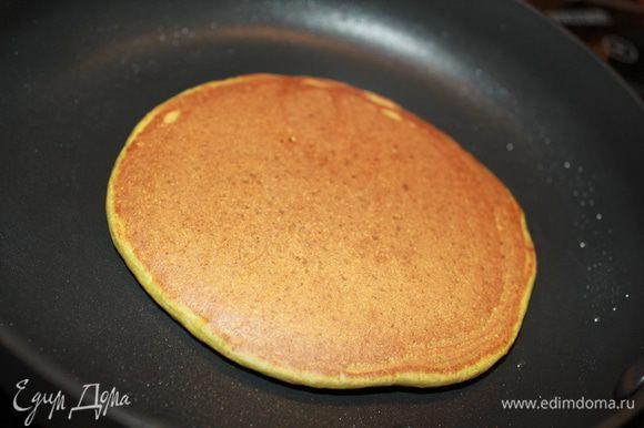 Смазать единожды сковородку маслом, больше смазывать нет необходимости. Выпекать блины под крышкой по 1,5-2 минутки с каждой стороны на среднем огне. Переворачиваются легко.