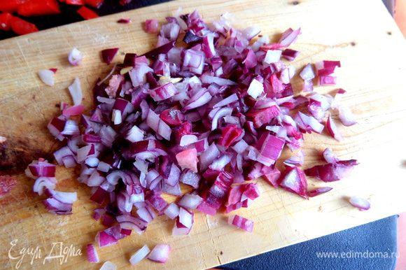 Далее для ароматы очень мелко нарежем лук.