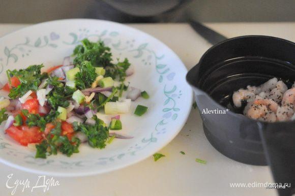 Порезать мелко все для томатной сальсы, полить оливковым маслом, лимонным соком, посолить и поперчить по вкусу. Готовые креветки также посолить и поперчить.
