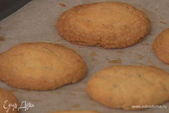 Выпекать в разогретой духовке 10–13 минут. Готовое печенье посыпать оставшейся сахарной пудрой.