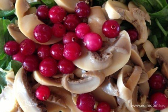 Сложим все в салатник, добавим шампиньоны (у меня консервированные резаные, но можно брать свежие и слегка отварить их) и горсть клюквы.