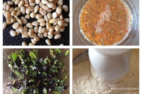 Для начала поджарим кедровые орешки, вяленые томаты зальем кипятком. Если у вас томаты в масле, то это масло и используйте для выпечки вместо оливкового. Базилик измельчим. Смешаем просеянную муку, разрыхлитель и соль. Я делала это сразу в чаше кухонного комбайна.