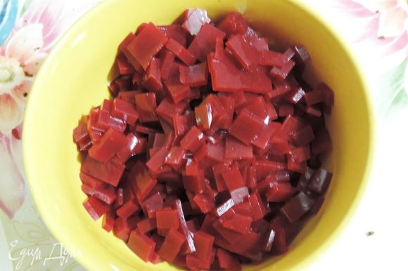 Застывшее желе перевернуть на разделочную доску, удалить фольгу или пищевую пленку и нарезать мелкими кусочками.
