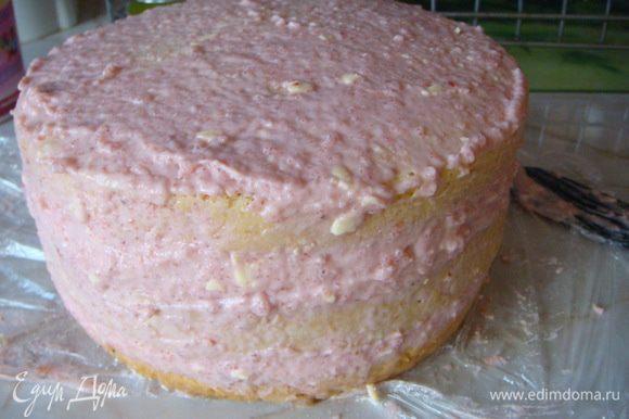 Выровнять оставшимся кремом. Глазурь: шоколад с сл.маслом растопить добавить молоко или сметану, перемешать. Готова наша глазурь, остудить и нанести на торт лопаточкой.