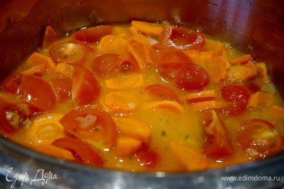 Заливаем горячий бульон и закрываем овощи крышкой, тушим на умеренном огне минут 15. Снимаем с огня, добавляем сметану, чеснок, цедру лимона и апельсина, кориандр, имбирь, солим по вкусу. Перемешиваем, накрываем крышкой.