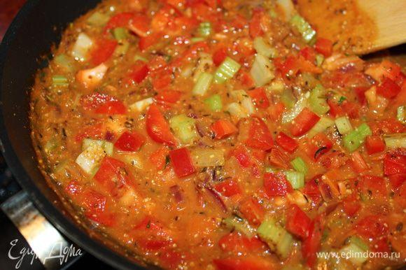 Тем временем приготовить соус. В сковородке обжарить вторую половину лука на капле оливкового масла, добавить порезанный на кубики сладкий перец и стебель сельдерея. Овощи залить томатной пастой разведённую в воде и приправленную приправами. Потомить 5 минут.