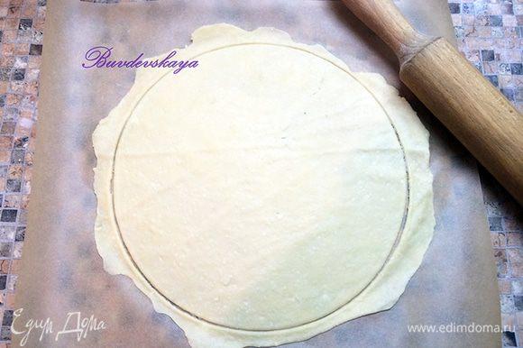 Раскатать скалкой каждый шарик в круг диаметром 22 см ( я раскатываю чуть больше и вырезаю круг кольцом для торта). Выпекать каждый корж в духовке, разогретой до 180 ° С до светло-золотистого цвета (примерно 10 минут). Обрезки теста так же выпекаем в духовке – они нам понадобятся для обсыпки торта.
