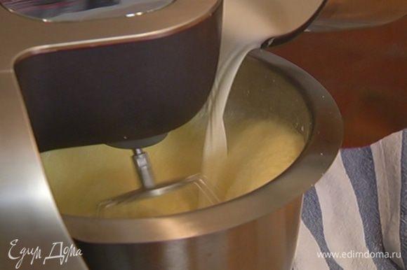 Не прекращая взбивать, тонкой струйкой влить горячее молоко со сливками, понизить скорость комбайна и продолжать взбивать еще 2–3 минуты.