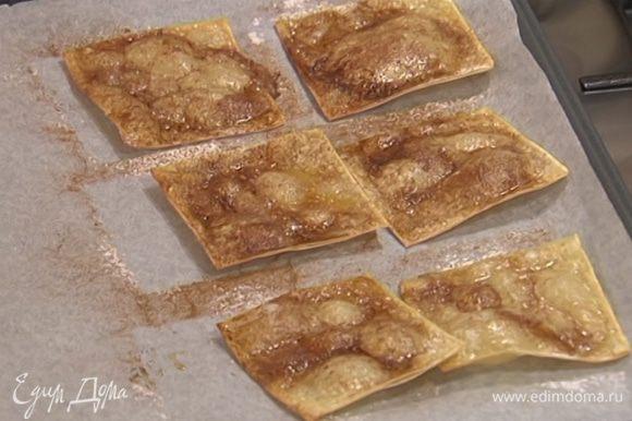 Выпекать тесто в разогретой духовке 3 минуты, затем остудить.
