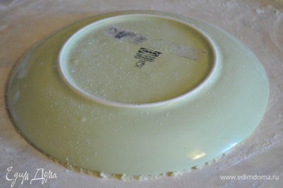 Каждый кусок раскатываем в круг, достаточно тонко. Стол обязательно припылить мукой, обрезать ровный круг по тарелке 20 см в диаметре.