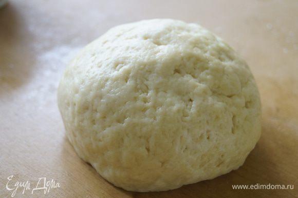 Сделать углубление в песочной крошке и выложить сметану. Аккуратно замесить мягкое эластичное тесто. Убрать тесто в холодильник, примерно, на 1 час.