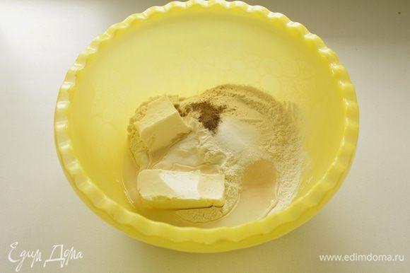 Смешать муку с сахаром, маслом, разрыхлителем, солью, перцем и водой.