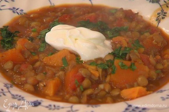 Разлить суп в тарелки, в каждую добавить немного йогурта, посыпать кинзой и подавать с кусочком тортильи.