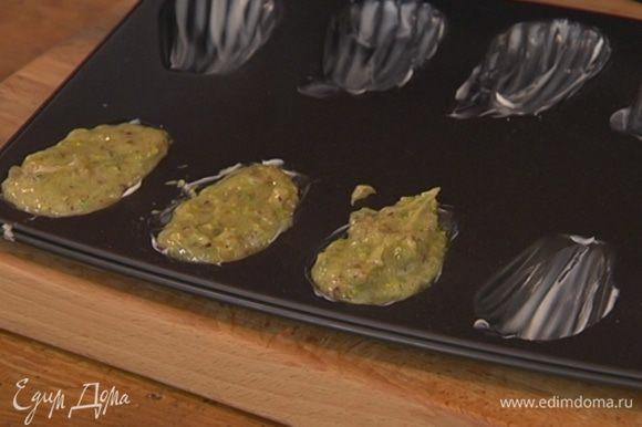 Формочки для печенья смазать оставшимся сливочным маслом и разложить в них тесто.