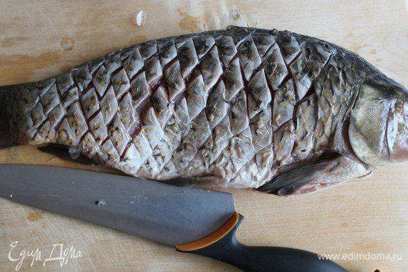 При помощи острого ножа сделать продольные и поперечные насечки в виде сетки. Чем мельче шаг, тем больше шансов нейтрализовать мелкие косточки. У меня шаг примерно 0,7 см Натереть рыбу солью и перцем.