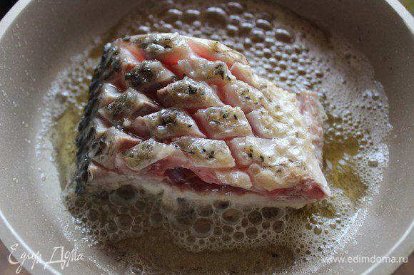 """Можно жарить целую тушку, можно порционными кусками. В глубокую сковороду налить масло и хорошо его нагреть. Не перекаливать, дабы избежать брызг во время закладки рыбы. (еще одна цитата из Похлебкина): """"Опущенный в большое количество масла свежий кусок рыбы, мяса, картофеля равномерно и быстро покрывается со всех сторон плотной, крепкой, но не твердой и не зажаренной коркой, а затем продолжает полуподжариваться - полупассероваться, так что масло постепенно проникает в толщу продукта""""."""