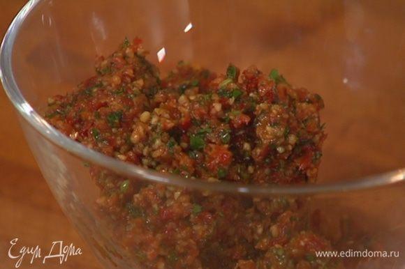 Приготовить соус песто: в блендере соединить вяленые помидоры, грецкие орехи, петрушку, чеснок, пеперончино, влить оливковое масло Extra Virgin, посолить, поперчить и все измельчить.