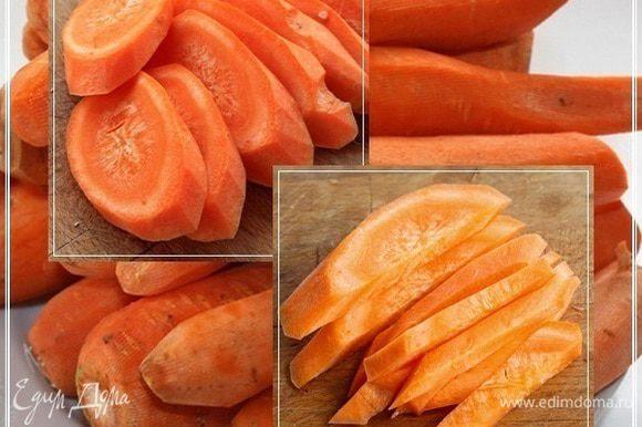 Для более ленивых. Или, если нужна скорость приготовления. Сначала морковку разрезать на дольки, толщиной примерно миллиметра три – четыре, а потом их уже тоже порезать на брусочки.