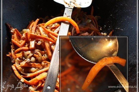 Жарим морковку до состояния «пока моркошка не свесила ножки», т.е. пластинки станут мягкими, но в то же время гибкими, не разваливающимися. И … если вдруг вам покажется, что в казане началась засуха, не стесняйтесь добавить немного воды.