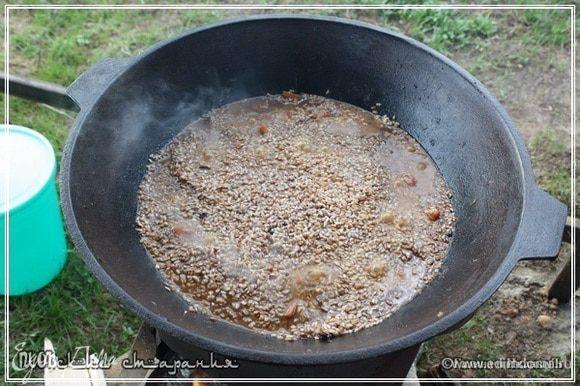 Вода довольно быстро впитывается в рис.