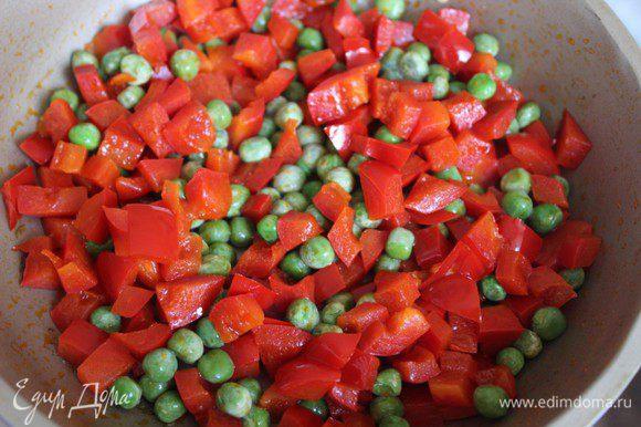 Добавить зеленый горошек - свежий или замороженный. Не консервированный!!! Обжаривать еще 2 минуты.
