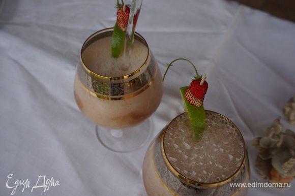 Украшаем долькою лайма, клубникой, по желанию можно добавить лед. Вот и готов летний напиток. Угощайтесь!