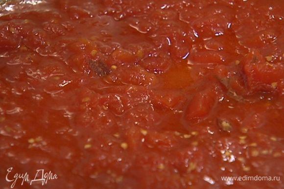 В ту же сковороду выложить консервированные помидоры, добавить измельченный пеперончино, сахар и прогревать, перемешивая, чтобы получился однородный соус.