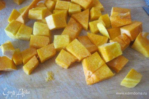 Очистить тыкву, нарезать на небольшие кубики. * Нам нужно 400 гр мякоти тыквы.