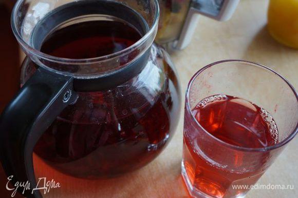 Чай каркаде. Уже заварен. Можно использовать зеленый (отличный антиоксидант), можно обычную столовую воду без газа.