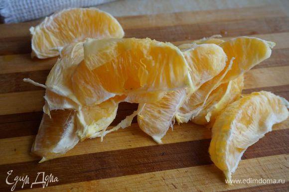 Апельсин очистить от кожуры (цедру не выбрасывайте - ей можно найти применение в пирогах, чаях, тортах...)