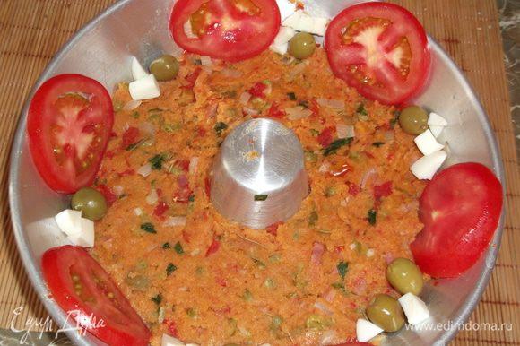 Сверху утрамбовываем массу, где-то высотой со средний палец, по кругу выкладываем помидоры и оливки, я ещё добавила порезанные квадратиком остатки яичка.