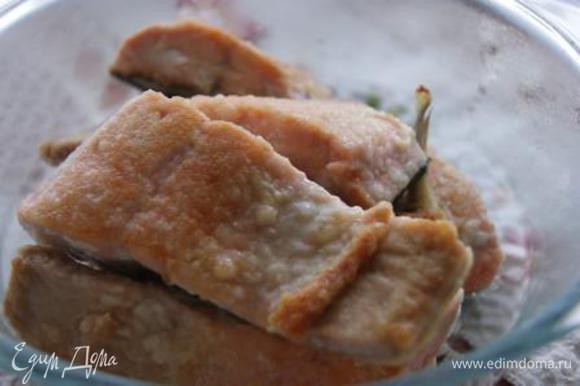 Обвалять кусочки рыбы в муке, обжарить на сковороде в небольшом количестве оливкового масла по 3 минуты с каждой стороны. Рыбу выложить в чашку накрыть.