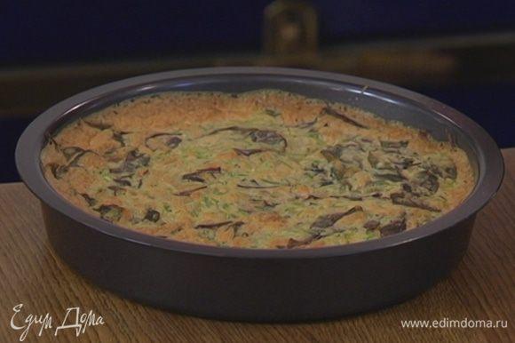 Выпекать пирог в разогретой духовке 20–25 минут, затем перевернуть на тарелку.