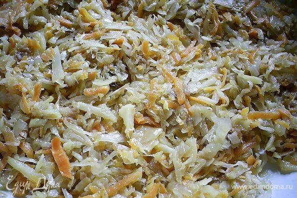 Затем добавляем на сковороду отжатую квашеную капусту, перемешиваем и тушим под закрытой крышкой 20-25 минут на медленном огне. Периодически помешиваем, чтоб не пригорело, если нужно, добавляем соль, сахар по вкусу.