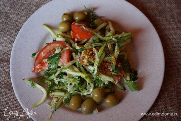Залила салат из свежих овощей приготовленным соусом. Вот и готов салат, подавать к столу сразу же. Угощайтесь!