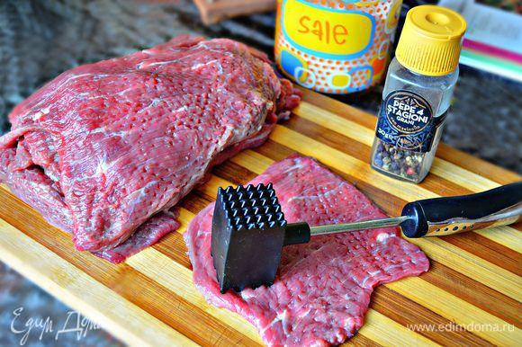 Отбить хорошо мясо молоточком, посолить и поперчить.