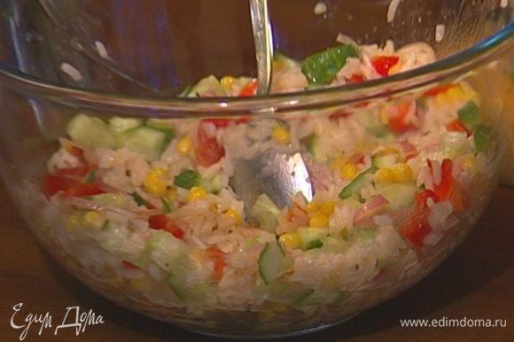 Салат посолить, посыпать измельченной зеленью и все перемешать.