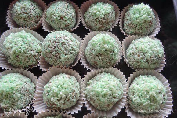 Обвалять их в кокосовой стружке и поставить в холодильник для охлаждения минимум на 1 час. Хранить конфеты в холодильнике.