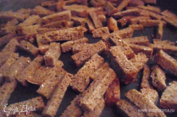 Ломтики хлеба натереть чесноком с солью, порезать тонкой соломкой и подсушить на сухой сковороде, постоянно помешивая. Зеленый лук я порезала на кусочки длиной 5-7 см и разделила вдоль на волокна, получились тонкие завитки.