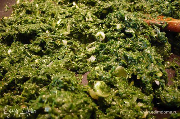 К луку добавляем отжатый шпинат, солим, перчим, обжариваем в течение нескольких минут.