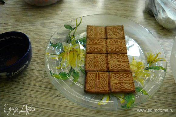 В горячую кипяченую воду окунаем печенье и кладем на блюдо.
