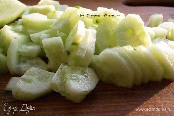Огурцы и зелень измельчаем. Отправляем в миску к ветчине, добавляем соль и перец по вкусу. Многие солят окрошку в конце, но я добавляю соль сразу, поэтому огурцы не будут пресными и впитают соль.