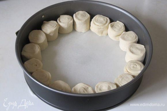 Дно круглой формы размером 24-26 см застелить бумагой для выпечки. Выложить кружки теста по кругу.