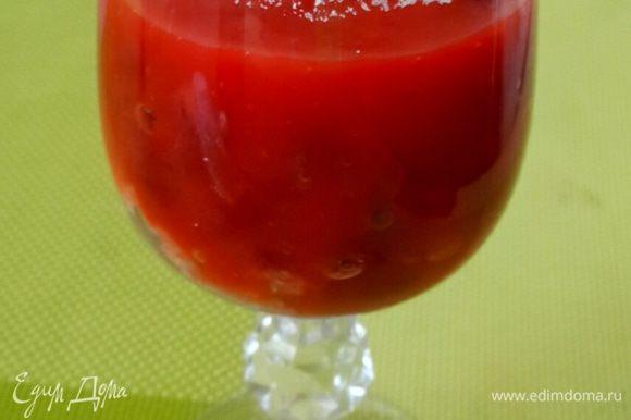 Влить сок томатный или же взять смешать в блендере томаты в собственном соку до состояния жидкого пюре.