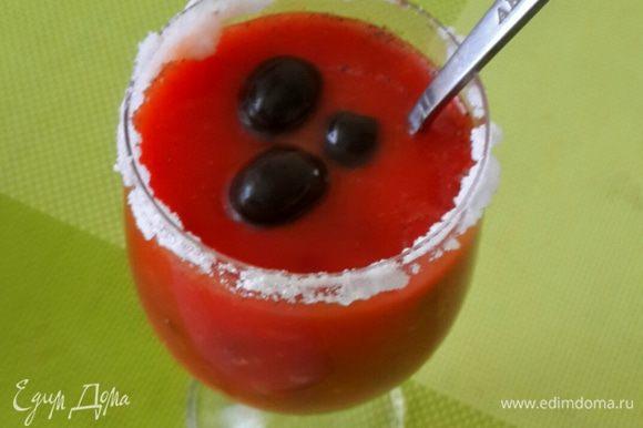 Добавляем перец и специи по вкусу. Можно добавить чесночную соль. Выкладываем маслины без косточек.