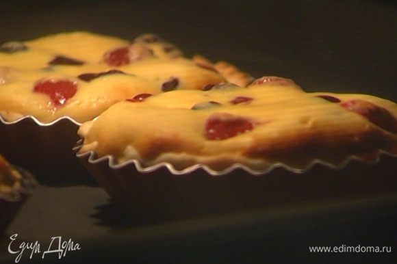 Выпекать тарталетки в разогретой духовке 15–18 минут.