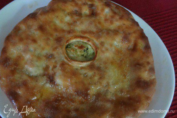 Готовый пирог щедро смазываем сливочным маслом, выкладываем на блюдо и накрываем, чтобы тесто стало мягеньким. Я обычно накрываю пироги верхом от формы для переноски тортов. Можно накрыть другой тарелкой, большей по диаметру.