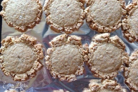 Ставим печенье в духовку минут на 10-15. У меня выпекалось 15 минут. Смотрите сами, печенье должно приобрести золотистый оттенок. Ну и, конечно же аромат....... Он подскажет вам о готовности печенек, поверьте!!!